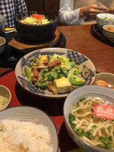 ランチは沖縄料理で 子育て談義。