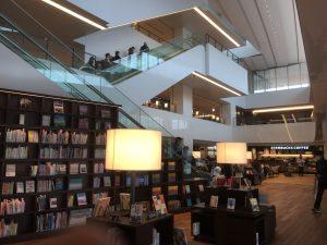 スタバもある素敵な施設に 勇気づけをお届け 図書館がお気に入り